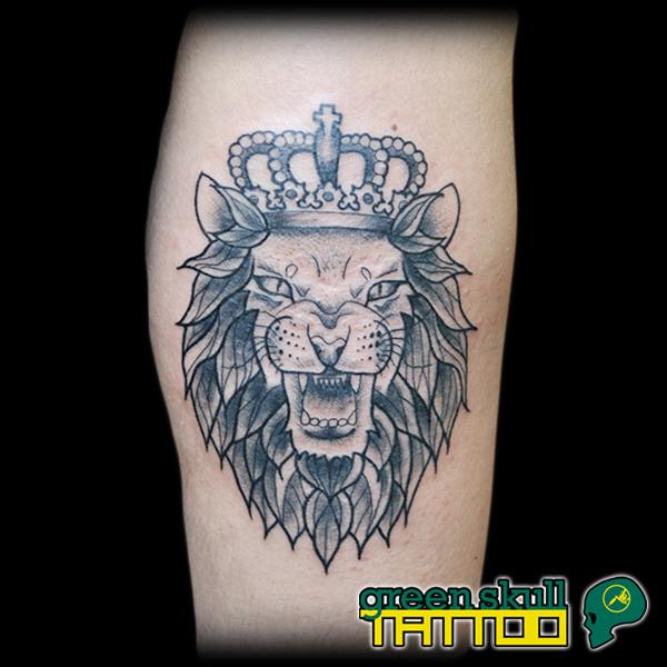 tattoo-tevolalas-szurke-greyscale-oroszlan-korona.jpg