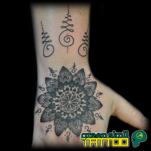 tetovalas-tattoo-ricsi-25-mandala-dotwork-blackwork.jpg