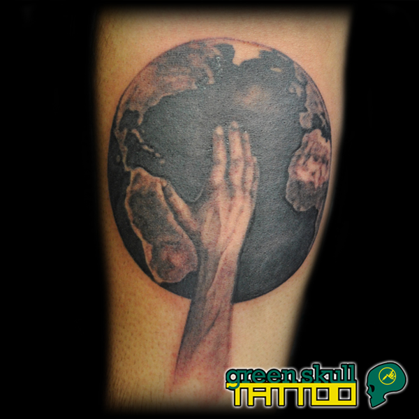 tetovalas-tattoo-ricsi-travel-hand-earth.jpg